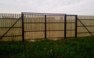 Ворота и калитка из деревянного штакетника