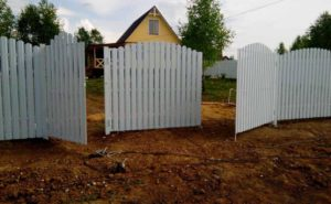 Ворота распашные из Евроштакетника аркой