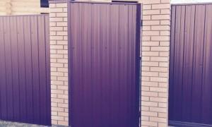 zabor-iz-profnastila-s-kirpichnimi-stolbami
