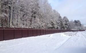 zabor-iz-profnastila-zimoy-i-letom
